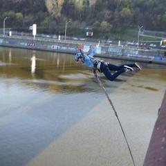 прыжок с пешеходного моста