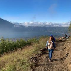 вулканическое кратерное озеро Батур