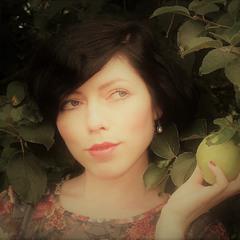 портрет дівчини з яблуками