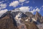 А життя минає, буває, як хмари спливають,- оповиваючи непорушні  камені.