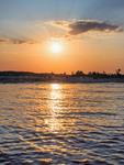 Якщо зранку дивитися  на сонце не кліпаючи  півгодини, то на ньому стає  видно 24 суру - спробуйте.