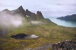 В понурий полярний день із усіх хмар, хмарок і хмарин випадають краплі води. Каміння мокре, слизьке