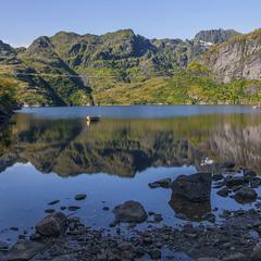 Прив'язані човни. Ранок настав на озері  посеред острова  Лофотен в Норвегії.