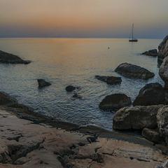 Кам'яний берег настав порепаний. Сонця сьогодні - вже не буде.
