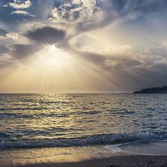 Сонце зехнуло із-за хмар моцним спалахом.