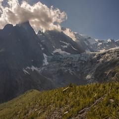 Хмарки вмощуються на горах і там сидять собі тихенько до ранку.