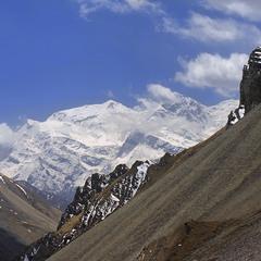 Час летить - гори стають вищими й вищими, хмари пропливають все швидше, сонечко світить, та не гріє
