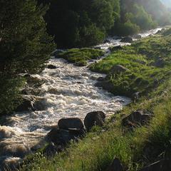Вода, яка біжить. Від сонця по камінню.