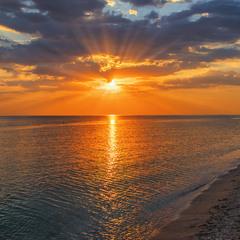 Сонце вже низенько, а вечір вже - близенько. А промені  - рясні.
