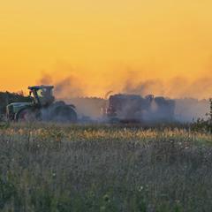 Трактор в поле виїхав орати,  і участковий свій мотОцикл поладнав, а мені так хочеться співати
