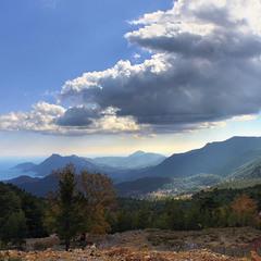 Хмарно з проясненням над анатолійськими горами в жовтні.