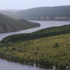 Пролітаємо з краплинами понад Дністровський каньйоном. А обрій тане в пелені дощовій.