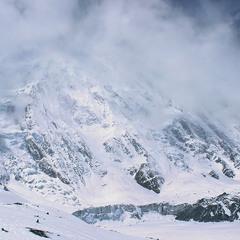 Падав сніг на поріг. Хмари розступаються,гора на березі озера Тілічо прокидається сонячними цятками