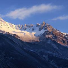 Сизий вечір опустився на гори й долину.