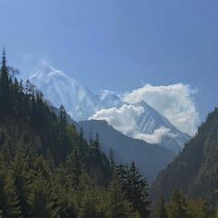 В кінці ущелини стирчить гора високая.