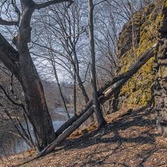 Квітневий пейзаж над річкою під скелями до добра доведе!