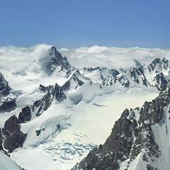 Розповзаються звільна всі пута, що єднали нас з раннім життєм... Гора в хмарах - Башиль Тау.