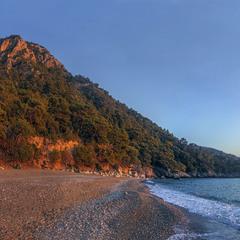 Червона гора настала на березі моря проти ночі якось.