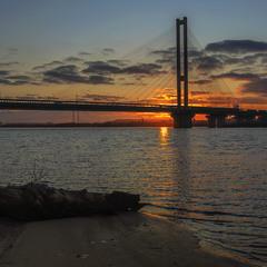 Сонце сідає за мостом, за містом, за Голосіївський лісом, за Лисою Горою.