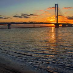Теплий грудневий вечір настав. Небо горить, а річка й не боїться, води – вистачить!!!