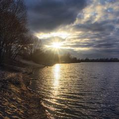 З похмурого неба по похмурій землі й воді вперіщило радісне сонечко!