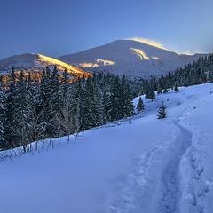 Сизий вечір опустився, а потім і темна ніч вляжеться на гори.