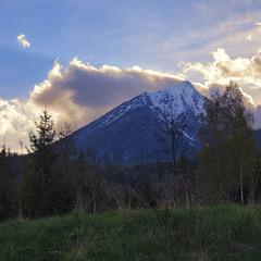 Із-за гори ведмідь вилазить.  Золота заграва надвечірнЯцька весняна.