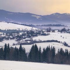 Сизий ранок прийшов у село між горами - от тумани і порозповзалися вже.