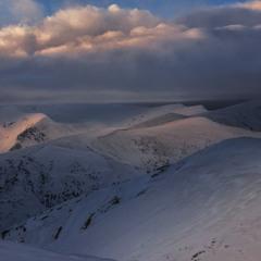 Проти ночі хмари заштурхалися на небі, а на сніг впали рясні тіні і цятки сонячні завмерли на мить.