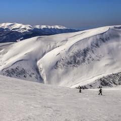 Люди ходять - походжають в снігах.