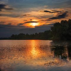 Похмурий вечір після дощу. Від вітру - брижі, у воду - не заглянеш.