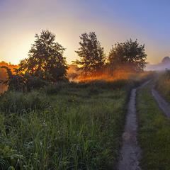 На березі річки Сейм  на світанні прокидаються тумани,  а дорога - біжить і біжить.