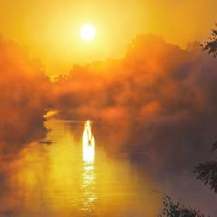 Туман розступився і по воді попливло розплавлене сонце.