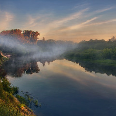 На світанку тумани розповзаються над рікою вельми хутко, а пір'їнки на небі - застигли нерухомо.
