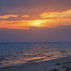 Бузковий вечір настає: спокою не дає - ні на воді, ні на березі, ні на небі.