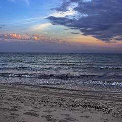 Берег увечері зливається з морем і стають вони неозорістю небокрайною.