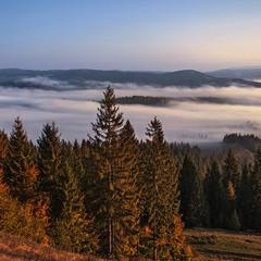 Розливається ранок мижи горами у жовтні, - і добре.