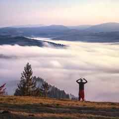 Хмари туманні прибігли зранку, осінь прийшла, люди радіють - життя минає над хмарами.