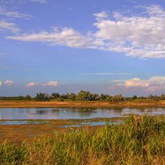 Вечір і життя у полях край села з хмарами, водами, травами минає буває.