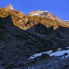 Глибокі тіні пролягли над долиною, над сніжником, над новонародженою рікою.