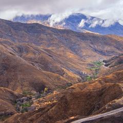 Село під горою при дорозі весною зеленіє.