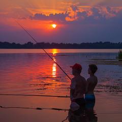 Ловись рибка велика й маленька (вечірній кльов так і не настав).