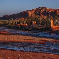 Село червоне під горою в червоному заході сонця.