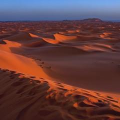 Багато як землі тут є. От людина й залишає сліди на землі.