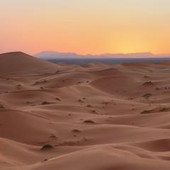 А чи знаєте ви, що далекі сині гори після заходу сонця стають бузковими?