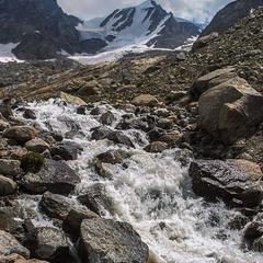Річка народилася вже, шумить і гицає по камінню.
