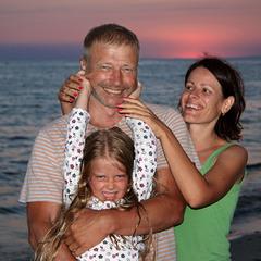 Сімейний портрет в екстер'єрі. Сонце заховалося в море.