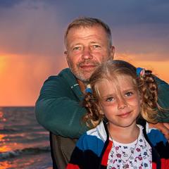 Портрет дівчинки з татом (чи тата з доцьою?). Море.