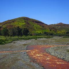 Трапляються ще червоні ріки посеред смарагдових пагорбів при кінці подорожі після дощу.
