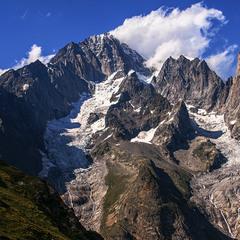 Стоїть гора високая, спочиває, - нікого не чіпає.